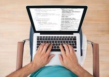 autoguidez l'utilisation d'homme d'ordinateur portatif Photo stock