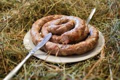 Autoguidez la saucisse faite de viande qui est bonne et savoureuse Table de cosaque photos libres de droits
