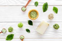 Autoguidez le cosmétique fait de station thermale avec du savon et le sel olives de thé pour le bain sur la maquette blanche de v photographie stock libre de droits