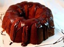 Autoguidez le gâteau de chocolat de traitement au four Image stock