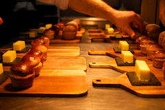 Autoguidez le pain fait et le beurre environ à servir dans un restaurant Photos libres de droits