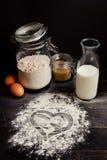 Autoguidez le traitement au four Cuisson avec amour Ingrédients de cuisson et coeur de farine sur la table en bois Photographie stock