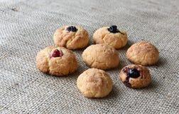 Autoguidez les biscuits cuits au four sur un tissu simple rugueux avec la texture de fil Image stock