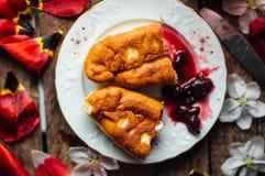 Autoguidez les gâteaux faits de cerise avec la vanille et le sucre glace Gâteau de cerise images libres de droits