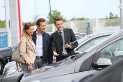 Autohandelaar die auto tonen aan cliënten royalty-vrije stock foto