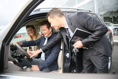 Autohandelaar die een nieuw voertuig verkopen aan cliënten royalty-vrije stock fotografie