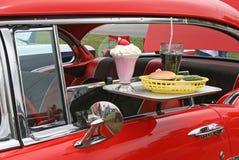 Autohopfennahrung und antikes Auto Stockfotografie