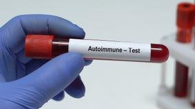 Autoimmune-prova, medico che tiene campione di sangue in primo piano del tubo, controllo generale di salute video d archivio