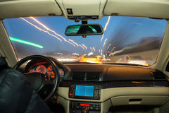Autoinnenraum auf dem Fahren. Lizenzfreie Stockfotografie