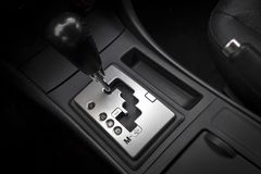 Autoinnenraum mit Automatikgetriebegang stockbilder