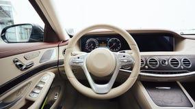 Autoinnenraumluxus Innenraum des modernen Autos des Prestiges Lederne bequeme Sitze, Armaturenbrett und Lenkrad weiß Stockbilder