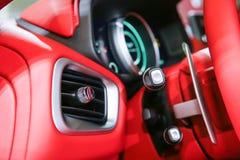 Autoinnenraumluxus Innenraum des modernen Autos des Prestiges Lederne bequeme Sitze, Armaturenbrett und Lenkrad Weißes Cockpit mi lizenzfreie stockfotografie