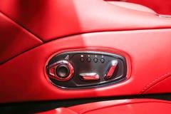 Autoinnenraumluxus Innenraum des modernen Autos des Prestiges Lederne bequeme Sitze, Armaturenbrett und Lenkrad Weißes Cockpit mi stockfotos