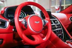 Autoinnenraumluxus Innenraum des modernen Autos des Prestiges Lederne bequeme Sitze, Armaturenbrett und Lenkrad Weißes Cockpit mi lizenzfreies stockbild