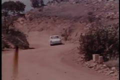 Autojacht bij de landweg stock videobeelden