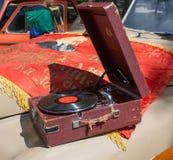 Autokap gaz-m-20 Pobeda met een oude platenspeler en een het liggen vlag bij de show van de auto's van inzamelingsretrofest royalty-vrije stock afbeeldingen