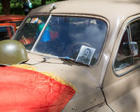 Autokap gaz-m-20 Pobeda met het portret van Stalin s en een het liggen vlag bij de show van de auto's van inzamelingsretrofest royalty-vrije stock afbeelding