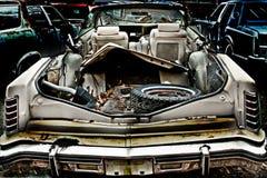 Autokerkhofauto met troep in de boomstam Stock Afbeeldingen