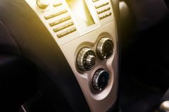 Autoklimaanlagensystem, Knopf auf Armaturenbrett in der schmutzigen Autoplatte lizenzfreie stockbilder