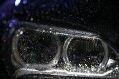 Autokoplamp met regendalingen stock afbeelding