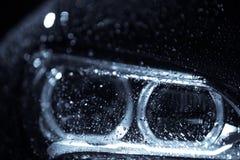 Autokoplamp met regendalingen stock afbeeldingen