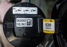 AutoKraftstofftankabdeckung geöffnet Stockfoto