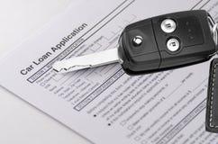 Autokredit-Anmeldeformular mit Schlüsseln Stockfotos