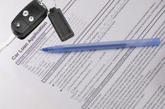 Autokredit-Anmeldeformular mit Schlüsseln Stockfotografie