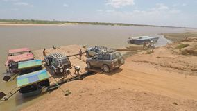 Autoladen von der Fähre bei Tsiribihina Madagaskar stock video