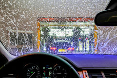 Autolavaggio attraverso una finestra Fotografie Stock Libere da Diritti