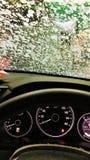 Autolavaggio automatico la vista dall'interno dell'automobile fotografie stock libere da diritti