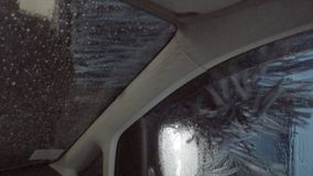 Autolavaggio automatico professionale con l'ultime attrezzatura, rimozione e pulizia della sporcizia dall'automobile, dentro, len video d archivio