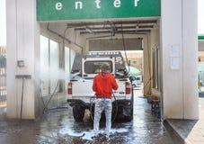 Autolavaggio con l'automobile relativa di lavaggio fotografia stock