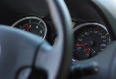 Autolenkrad und -geschwindigkeitsmesser Stockfotos