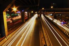Autoleuchten nachts Stockfoto