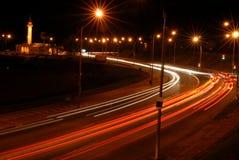 Autoleuchten nachts in der Bewegung Stockbild