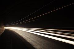 Autoleuchtespuren im Tunnel Lizenzfreie Stockfotos