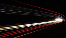 Autoleuchtespuren im Tunnel Stockfoto