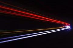 Autoleuchtespuren im Tunnel Stockfotos