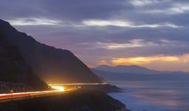 Autolichten in de weg bij nacht Stock Foto