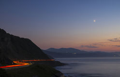 Autolichten in de weg bij nacht Royalty-vrije Stock Foto