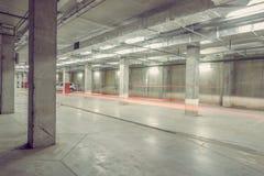 Autolichten in het ondergrondse stadsparkeren Stock Foto