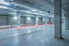 Autolichten in het ondergrondse stadsparkeren Royalty-vrije Stock Foto