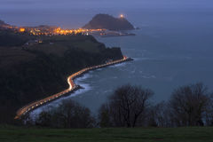 Autolichten op de weg tussen de bergen en het overzees Royalty-vrije Stock Afbeelding