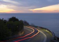 Autolichten op het overzees en de weg Royalty-vrije Stock Afbeeldingen