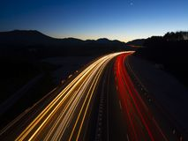 Autolichter angetrieben mit Geschwindigkeit durch die Landstraße lizenzfreie stockfotografie