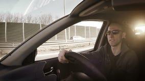 AUTOMÓVEL da condução à direita: homem que sorri durante a auto viagem video estoque