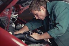 Automóvel de fixação do mecânico no serviço do carro Imagens de Stock Royalty Free