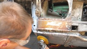 Automóvel de lustro do soldador masculino com equipamento profissional elétrico na oficina Trabalhador do reparador ou do mecânic filme