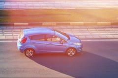 Automóvel de passageiros azul no sol fotografia de stock
